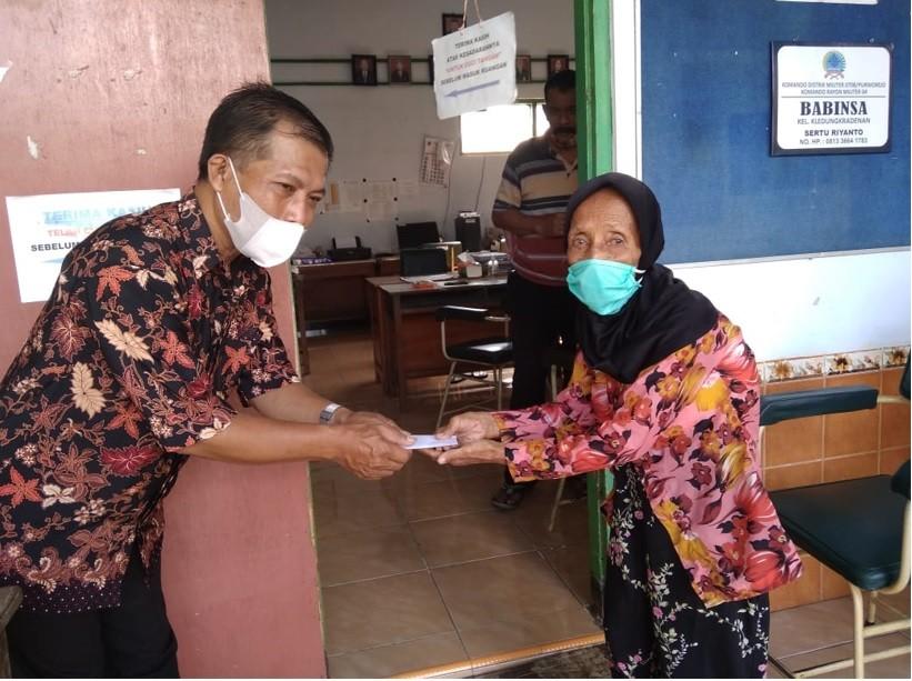Giliran 39 Warga Kelurahan Kledung Kradenan Menerima Bansos
