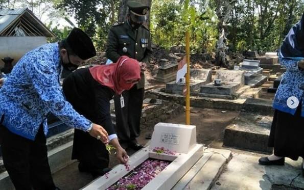 Camat bersama Forkopimca, tabur bunga di makam tokoh di Desa Banyuurip